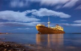 Ржавый корабль, море