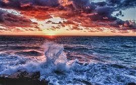 Mar, olas, salpicaduras de agua, puesta de sol, nubes espesas