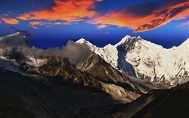 A neve cobriu montanhas, nuvens vermelhas, cenário da natureza do inverno