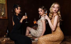 Три модные девушки, вино