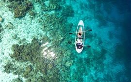 Вид сверху море, чистая вода, побережье, лодка