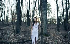 Falda blanca niña, solitaria, arboles, rayos de sol.