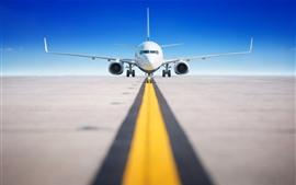 Aeropuerto, avión de pasajeros, pista de aterrizaje, vista frontal.