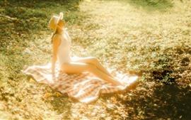 Chica asiática, hierba, sol, brujería