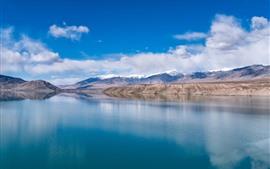 Lago bonito de Baisha em Xinjiang, água desobstruída, montanhas, nuvens, China