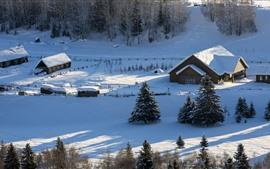 Hermosa aldea de Hemu en invierno, nieve espesa, Xinjiang, China