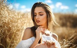 Hermosa chica en verano, sol