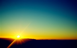 Belo nascer do sol, manhã, céu azul, raios de sol