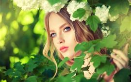 Menina loira, olhos azuis, folhas verdes, flores