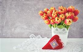 Bouquet, tulipanes, corazón de amor rojo.