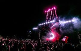 Concerto de celebração, audiência, fogos de artifício, noite