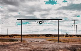 Portão, estrada, olhos, linhas de energia