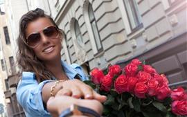 Menina, óculos de sol, rosas cor-de-rosa