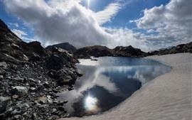 Lago, rochas, céu, nuvens brancas