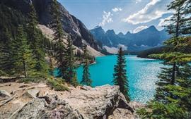 Lago, arboles, montañas, cielo azul, nubes.