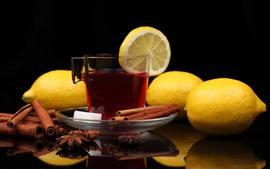 Una taza de té, limón, canela
