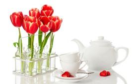 Tulipanes rojos, tazas, hervidor.
