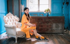 Ретро стиль китайской девушки, желтое платье, стул, окно, цветы
