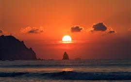 Mar, atardecer, cielo rojo, sol, rocas.