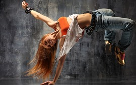 Bailarina de calle chica rubia