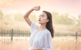 Jovem, menina asiática, manhã, canas, nevoeiro, nebuloso
