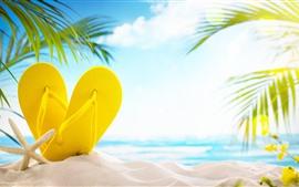 Praia, areias, chinelos amarelos, folhas de palmeira, brilho