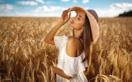 Menina loira, chapéu, campo de trigo, verão