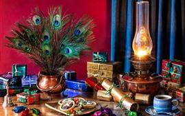 Новогодние подарки, лампа, кофе, павлиньи перья, печенье, натюрморт