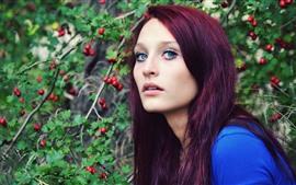 Menina roxa do cabelo, olhos azuis, bagas