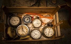 Alguns relógios, caixa