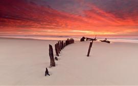 预览壁纸 日落,天空,红色云彩,海滩,木头,海