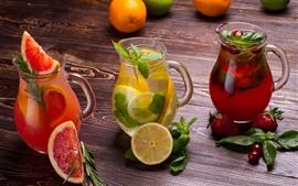 Três tipos de suco de frutas, grapefruit, limão, morango, chaleira de vidro