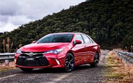 Opinião dianteira do carro vermelho de Toyota Camry