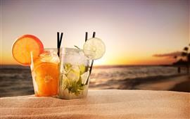 Dois copos cocktails, areias, verão