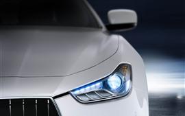 Opinião dianteira branca de Maserati, farol