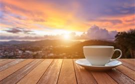 Белая чашка, закат, блики