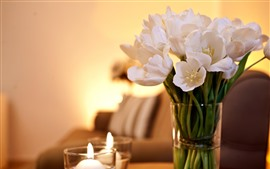 Tulipanes blancos, florero, velas.