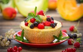 Deliciosa sobremesa de frutas, melão, bagas