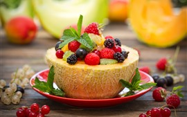 Delicioso postre de frutas, melón, bayas.
