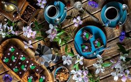 Postre, pasteles de chocolate, café, granos de café, flores.