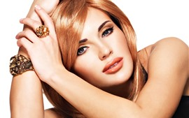Fille de mode, visage, blonde, mains, bague, bijou