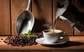 Café quente, copo, chaleira, grãos de café