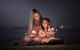 Mãe filha, família feliz, faíscas, fogos artifício