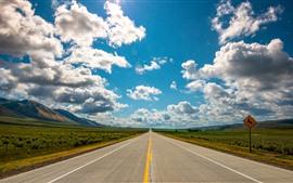 Estrada, céu azul, nuvens brancas, montanhas