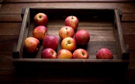 Algumas maçãs maduras, caixa