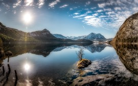 Áustria, Altaussee, lago da Estíria, montanhas, luz do sol, céu azul