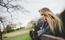 Блондинка девушка, забор, туманные фона