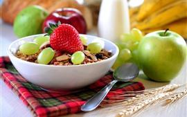 Pequeno almoço delicioso, uvas, maçã verde, morango