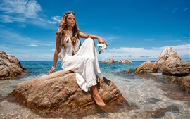 Menina da forma, saia branca, mar, rochas, verão