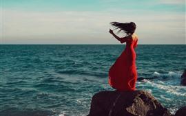Falda roja niña vista trasera, mar, viento